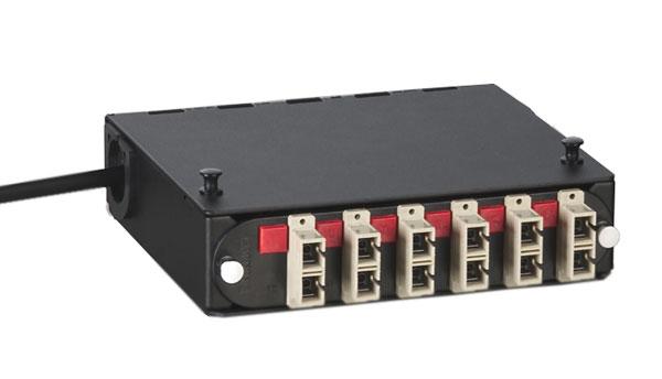 Panneaux interchangeables de logement pour connecteurs Corning