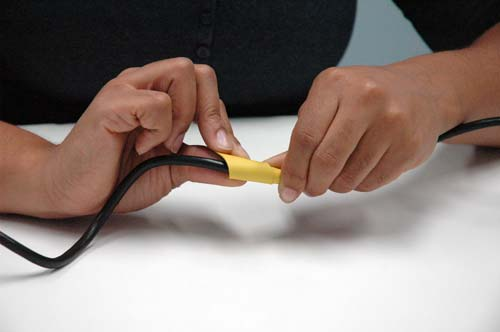 Bande thermo-rétractable rayée par adhésif